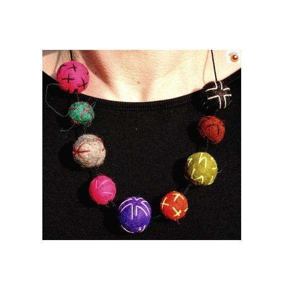Collier boules multicolores en feutre