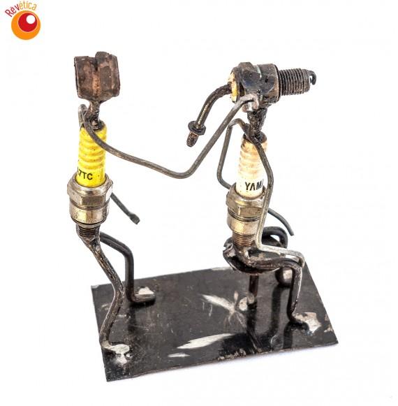 Duo de figures en métal